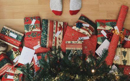 regalos bajo arbol de navidad